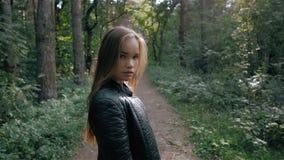 Jeune femme gaie de mode avec le regard rêveur dans la forêt clips vidéos