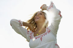 Jeune femme gaie sur Sunny Day Photographie stock