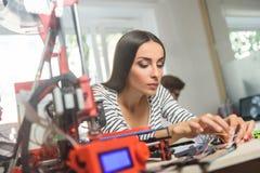 Jeune femme gaie travaillant avec la technologie 3d Photos libres de droits