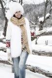 Jeune femme gelant dans la forêt de neige Photographie stock libre de droits