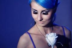 Jeune femme gothique avec les poils bleus Photo stock