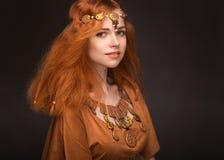 Jeune femme habillée comme Amazone Image stock