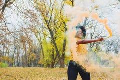 Jeune femme habillée dans des vêtements sport posant en parc images libres de droits