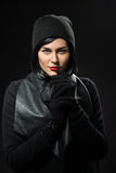 Jeune femme habillée dans le noir images libres de droits