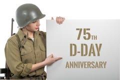 Jeune femme habillée dans nous uniforme militaire de wwii avec l'enseigne d'apparence de casque avec l'anniversaire de jour J photos stock