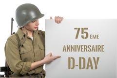 Jeune femme habillée dans nous uniforme militaire de wwii avec l'enseigne d'apparence de casque avec l'anniversaire de jour J photo stock