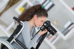 Jeune femme handicapée employant l'appareil-photo photos libres de droits