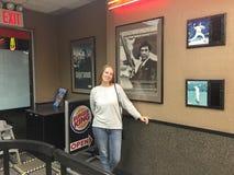 Jeune femme heureuse à Burger King Photos libres de droits