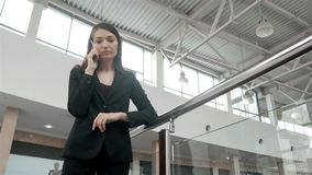 Jeune femme heureuse à l'aide du téléphone intelligent dans le centre commercial Indépendante de femme d'affaires avec le smartph Photos libres de droits