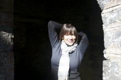Jeune femme heureuse à l'extérieur Images libres de droits