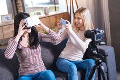Jeune femme heureuse étant dans la réalité virtuelle Photographie stock