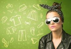 Jeune femme heureuse avec des icônes en verre et de vêtements sport Image stock