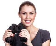 Jeune femme heureuse avec des jumelles photos libres de droits