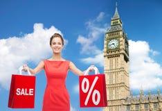 Jeune femme heureuse avec des paniers au-dessus de grand Ben Images stock