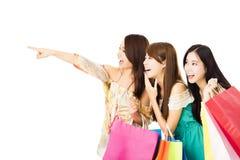 jeune femme heureuse avec des paniers regardant quelque chose Images libres de droits