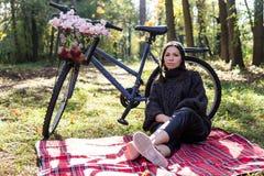 Jeune femme heureuse avec la bicyclette photos libres de droits