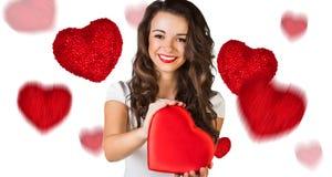 Jeune femme heureuse avec la boîte rouge de coeur Images stock
