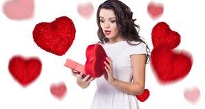 Jeune femme heureuse avec la boîte rouge de coeur Photographie stock libre de droits