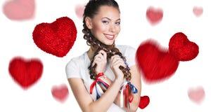 Jeune femme heureuse avec la boîte rouge de coeur Photographie stock