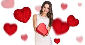 Jeune femme heureuse avec la boîte rouge de coeur Photo libre de droits