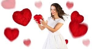 Jeune femme heureuse avec la boîte rouge de coeur Photos stock