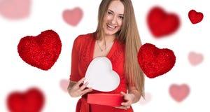 Jeune femme heureuse avec la boîte rouge de coeur Photos libres de droits