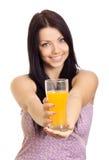 Jeune femme heureuse avec la glace de jus photo stock