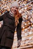 Jeune femme heureuse avec la lumière de Noël image libre de droits