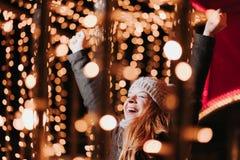 Jeune femme heureuse avec la lumière de Noël photo libre de droits