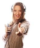 Jeune femme heureuse avec la musique de écoute d'écouteurs Image libre de droits