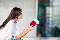 Jeune femme heureuse avec le billet d'avion et passeports à Photos stock