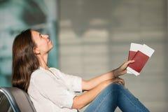 Jeune femme heureuse avec le billet d'avion et passeports à Photos libres de droits