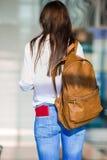 Jeune femme heureuse avec le billet d'avion et passeports à Photographie stock libre de droits