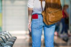 Jeune femme heureuse avec le billet d'avion et passeports à Photographie stock