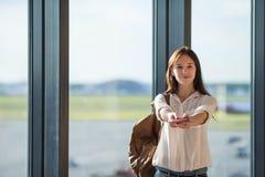 Jeune femme heureuse avec le billet d'avion et passeports à Photo libre de droits