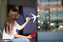 Jeune femme heureuse avec le billet d'avion et passeports à Image libre de droits