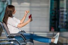 Jeune femme heureuse avec le billet et les passeports d'avion Photographie stock