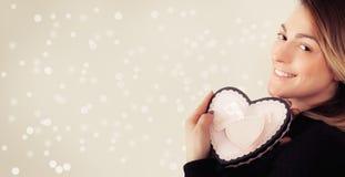 Jeune femme heureuse avec le cadeau pour le jour de valentines Photos stock