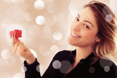 Jeune femme heureuse avec le cadeau pour le jour de valentines Images libres de droits