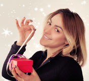 Jeune femme heureuse avec le cadeau pour le jour de valentines Photographie stock