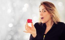 Jeune femme heureuse avec le cadeau pour le jour de valentines Image stock