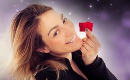 Jeune femme heureuse avec le cadeau pour le jour de valentines Photographie stock libre de droits