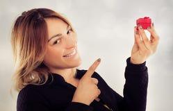 Jeune femme heureuse avec le cadeau pour le jour de valentines Image libre de droits