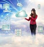 Jeune femme heureuse avec le concept de calcul de nuage Images libres de droits