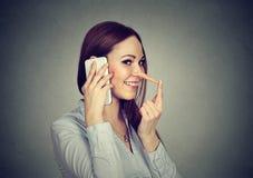 Jeune femme heureuse avec le long nez parlant au téléphone portable photos stock