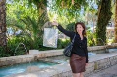 Jeune femme heureuse avec le panier Photographie stock libre de droits