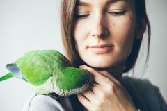 Jeune femme heureuse avec le perroquet se reposant sur son épaule Photos libres de droits