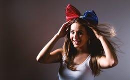 Jeune femme heureuse avec le ruban Image stock