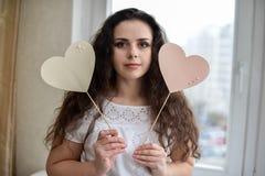 Jeune femme heureuse avec le symbole d'amour de coeur Images libres de droits