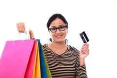 Jeune femme heureuse avec les cartes d'achats et l'unité centrale carte-sans argent de débit Images stock